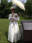 Jahrhundertwende Damenkostüm mit Kinderwagen