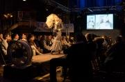 Jahrhundertwende-Dame bei einer Modeshow