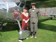 Knickerbocker Anzug und Dame im 30er Jahre Kleid