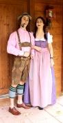 Tiroler Lederhose mit kariertem Hemd und Wadenstrümpfen