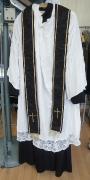 Pfarrer mit Chorhemd und Stola