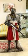 Ritter mit Teilpanzer, Mittelalterschuhen und Schwert
