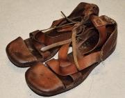 Sandalen über Knöchel gebunden