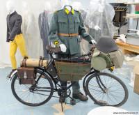 1945_05_Radfahrer_mit_Rad