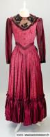 Elegantes rotes Jahrhundertwende Damenkleid